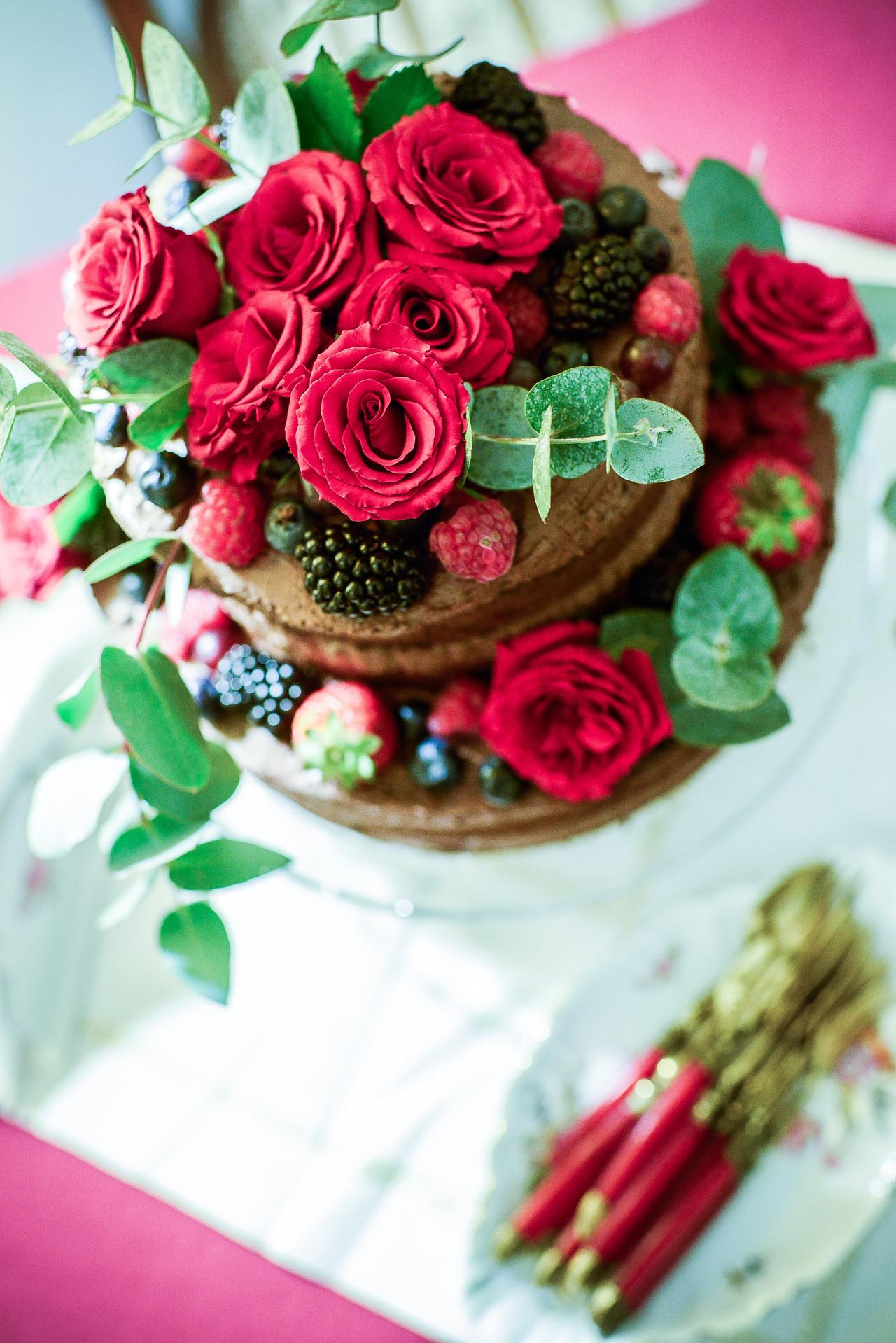 Naked cake élővirág dekorációval